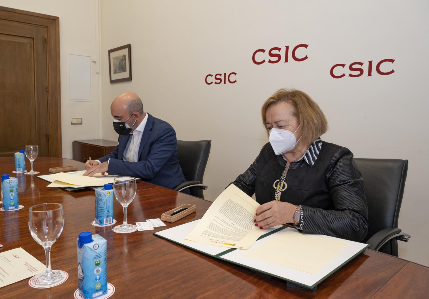 imagen de Carlos Crespo, director general de Multiópticas, y Rosa Menéndez, presidenta del CSIC, durante la firma de la donación. / Vinca Page CSIC Comunicación