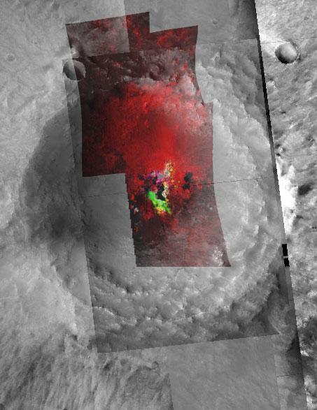 imagen de Filosilicatos en el cráter Toro. En color rojo, se representan sedimentos de esmectitas, que han sido expuestos por la excavación del cráter, y por lo tanto son minerales muy antiguos. En color verde se indican los depósitos de prehnita, formados en épocas más recientes en el sistema hidrotermal que generó la energía del impacto.