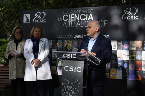 imagen de La vicepresidenta adjunta de Cultura Científica del CSIC, Pilar Tigeras, la presidenta del CSIC, Rosa Menéndez, y el físico Alberto Casas, en el Real Jardín Botánico. / Foto: Yaiza González CSIC