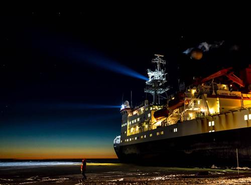 imagen de Barco R.V Polarstern en el invierno austral de 2013, en el Mar de Weddell, Antártida. (Stefan Hendricks)
