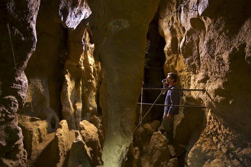 imagen de El investigador Antonio Rosas, en la Cueva de El Sidrón (Asturias)/ Foto: Joan Costa