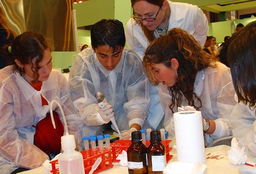 imagen de Taller divulgativo organizado por el CSIC en la Feria Madrid por la Ciencia. /Foto: CSIC