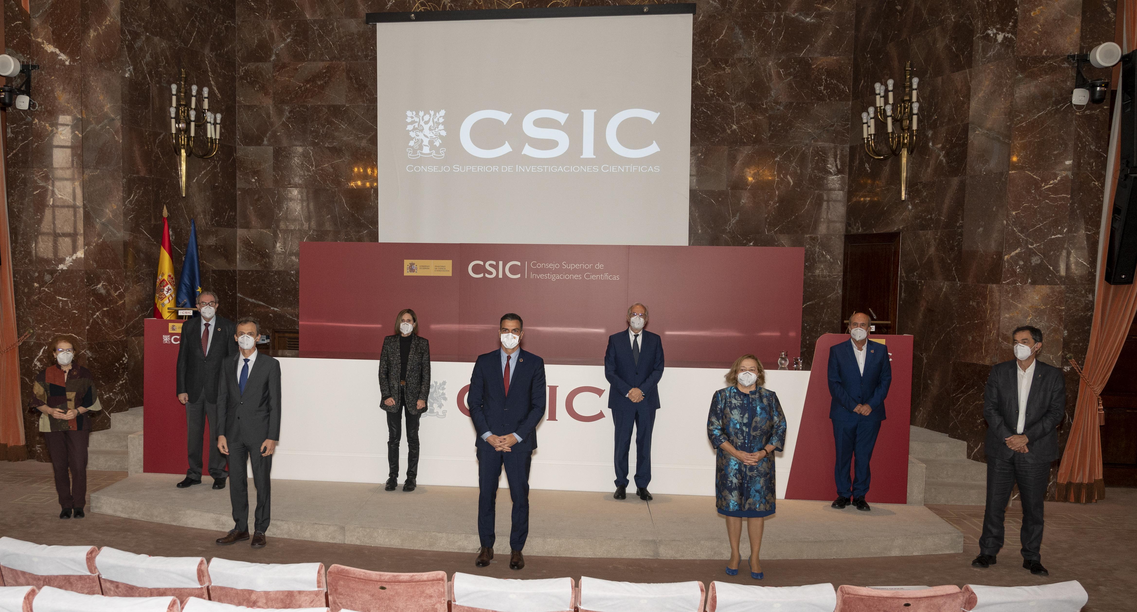 imagen de De izquierda a derecha: Margarita del Val, Vicente Larraga, Pedro Duque, Isabel Sola, Pedro Sánchez, Luis Enjuanes, Rosa Menéndez, Mariano Esteban y Jesús Marco. / Vinca Page CSIC Protocolo