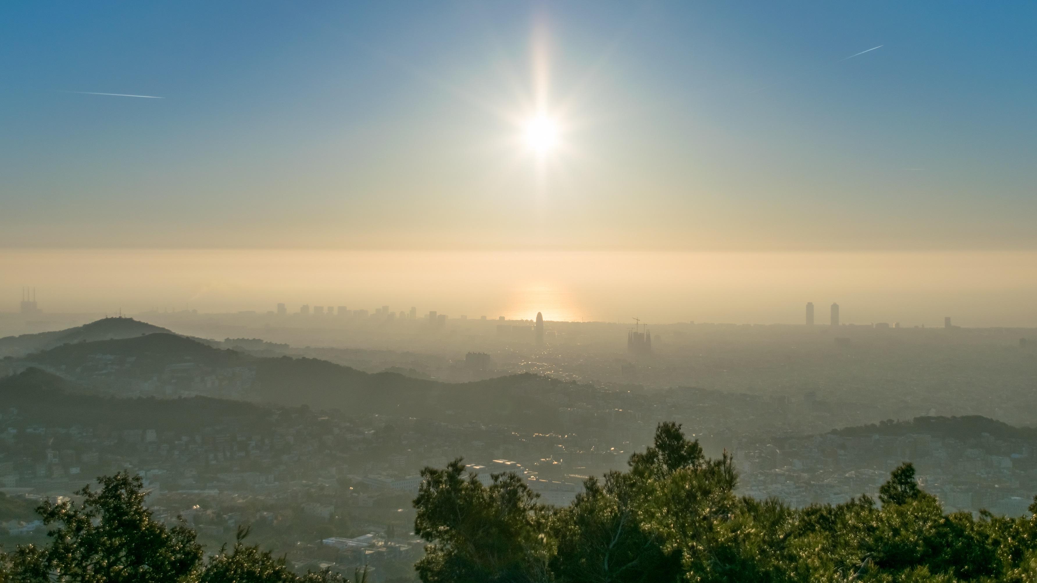 imagen de Bruma de contaminación sobre Barcelona. / Alfons Puertas