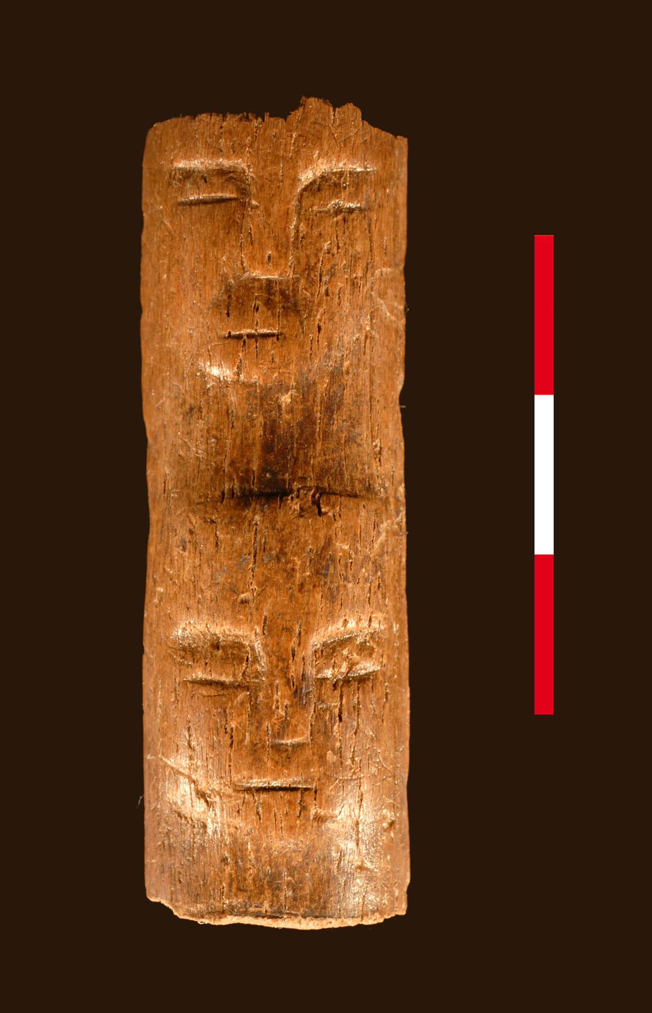 Varilla de 10 mil años de antigüedad con rostros humanos