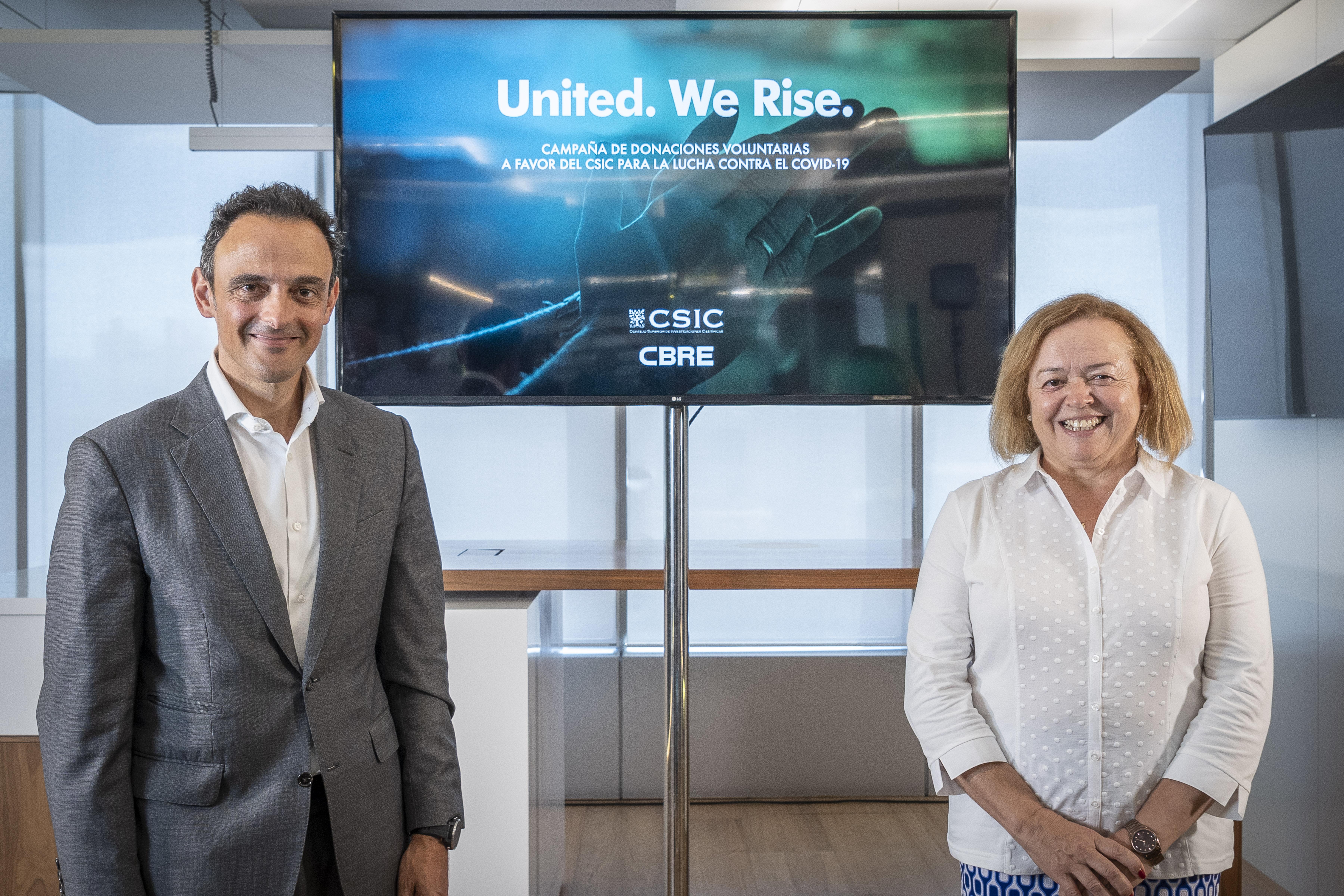 imagen de Adolfo Ramírez-Escudero, presidente de CBRE España, y Rosa Menéndez, presidenta del CSIC, ayer durante la presentación del acuerdo. / CBRE