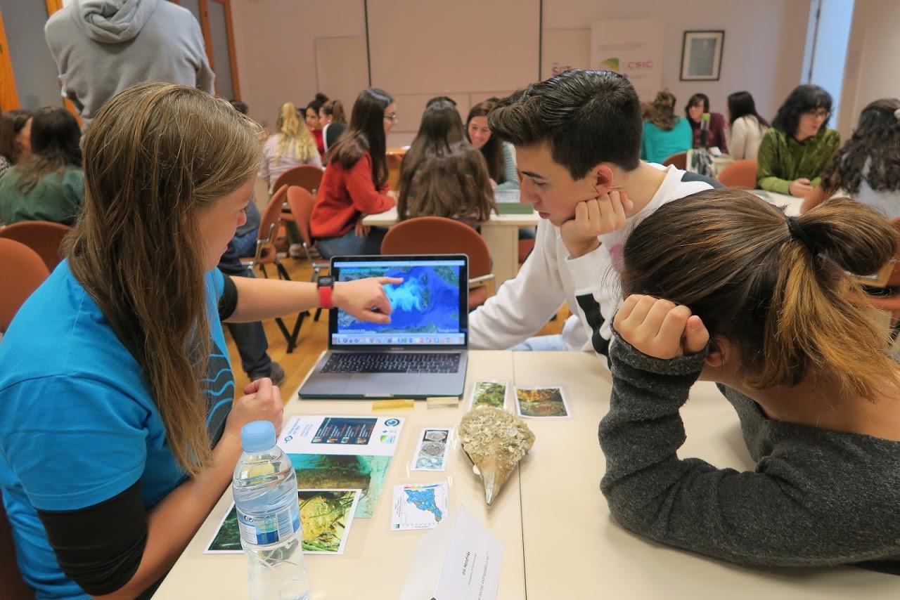 imagen de Una científica conversa con varios estudiantes en la actividad Citas rápidas con científicas que el CSIC organiza en las Islas baleares. / CSIC