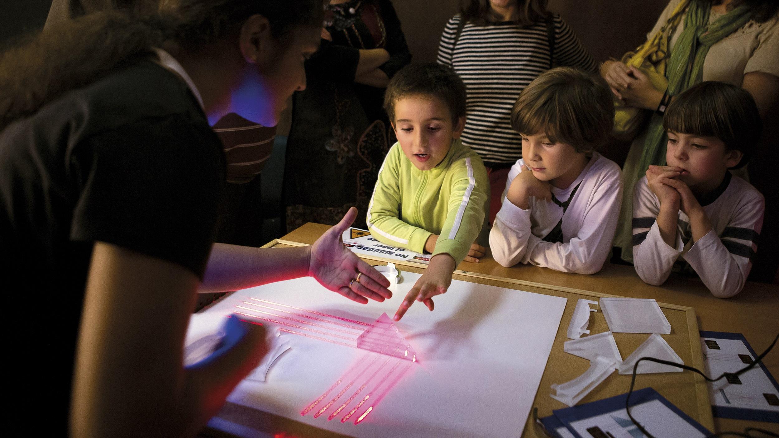 Una científica del CSIC impartiendo el taller de divulgación 'Descubriendo la luz' en el marco del proyecto Ciudad Ciencia. / CSIC