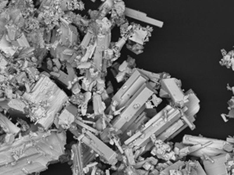 imagen de Fragmento de coltán (niobio y tántalo), visto en el Laboratorio de Microsccopía. / CENIM
