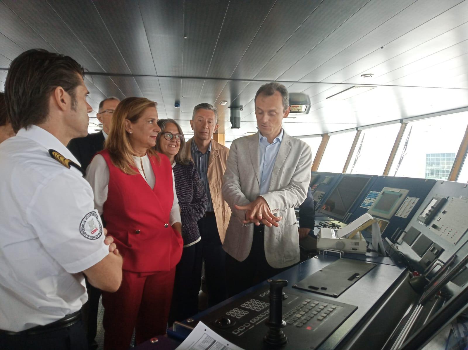 El ministro en funciones de Ciencia, Innovación y Universidades, Pedro Duque, durante su visita al buque oceanográfico Sarmiento de Gamboa. / Susana González