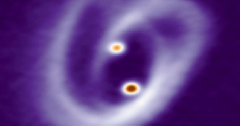 imagen de Los complejos filamentos en forma de pretzel que rodean a las dos jóvenes estrellas y a sus pequeños discos. Imagen: Felipe O. Alves (MPI)