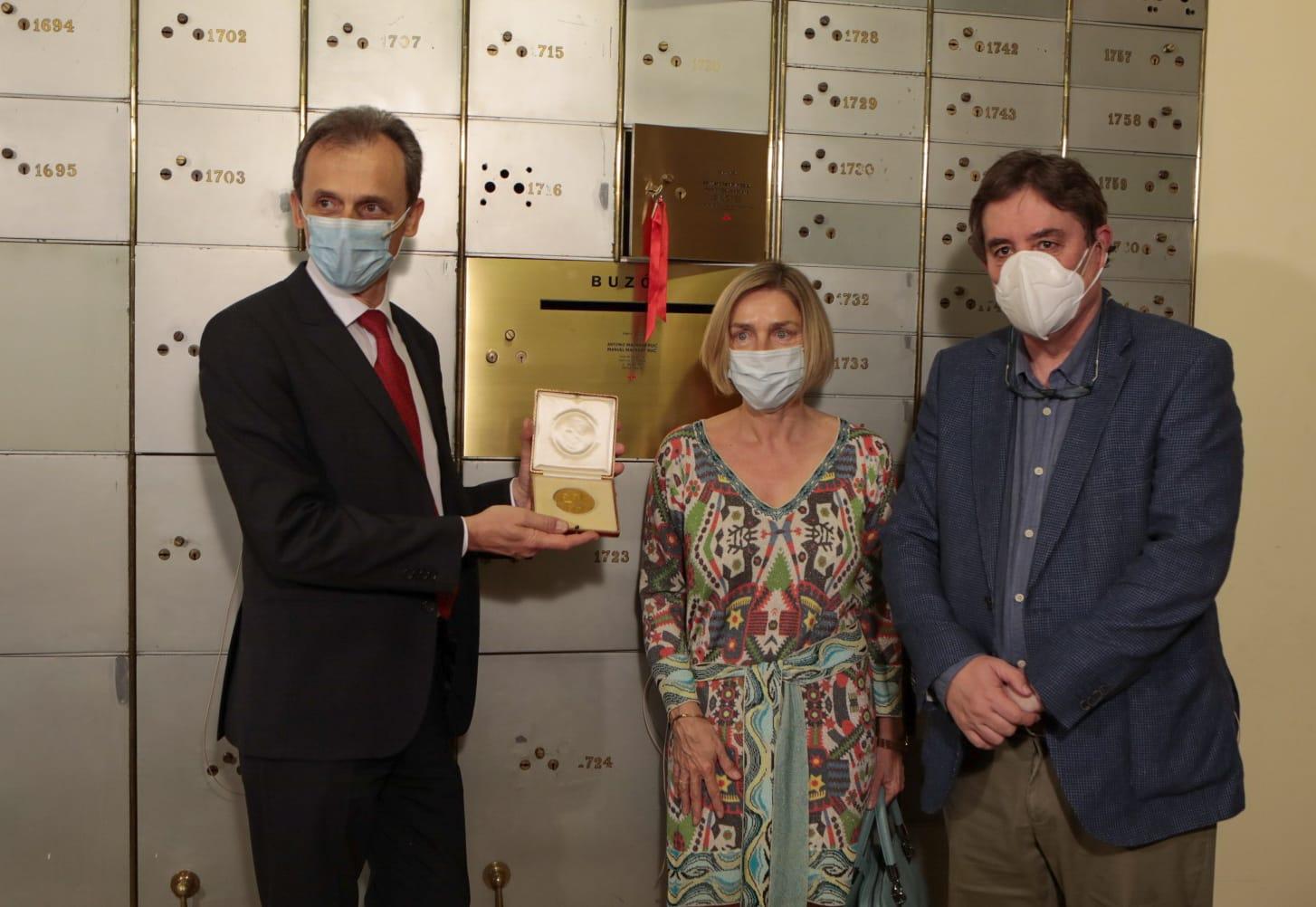 imagen de El ministro Pedro Duque (izda.) muestra la medalla de oro, acompañado de la vicepresidenta del CSIC, Rosina López-Alonso, y el director del Instituto Cervantes, Luis García Montero./ INSITUTO CERVANTES