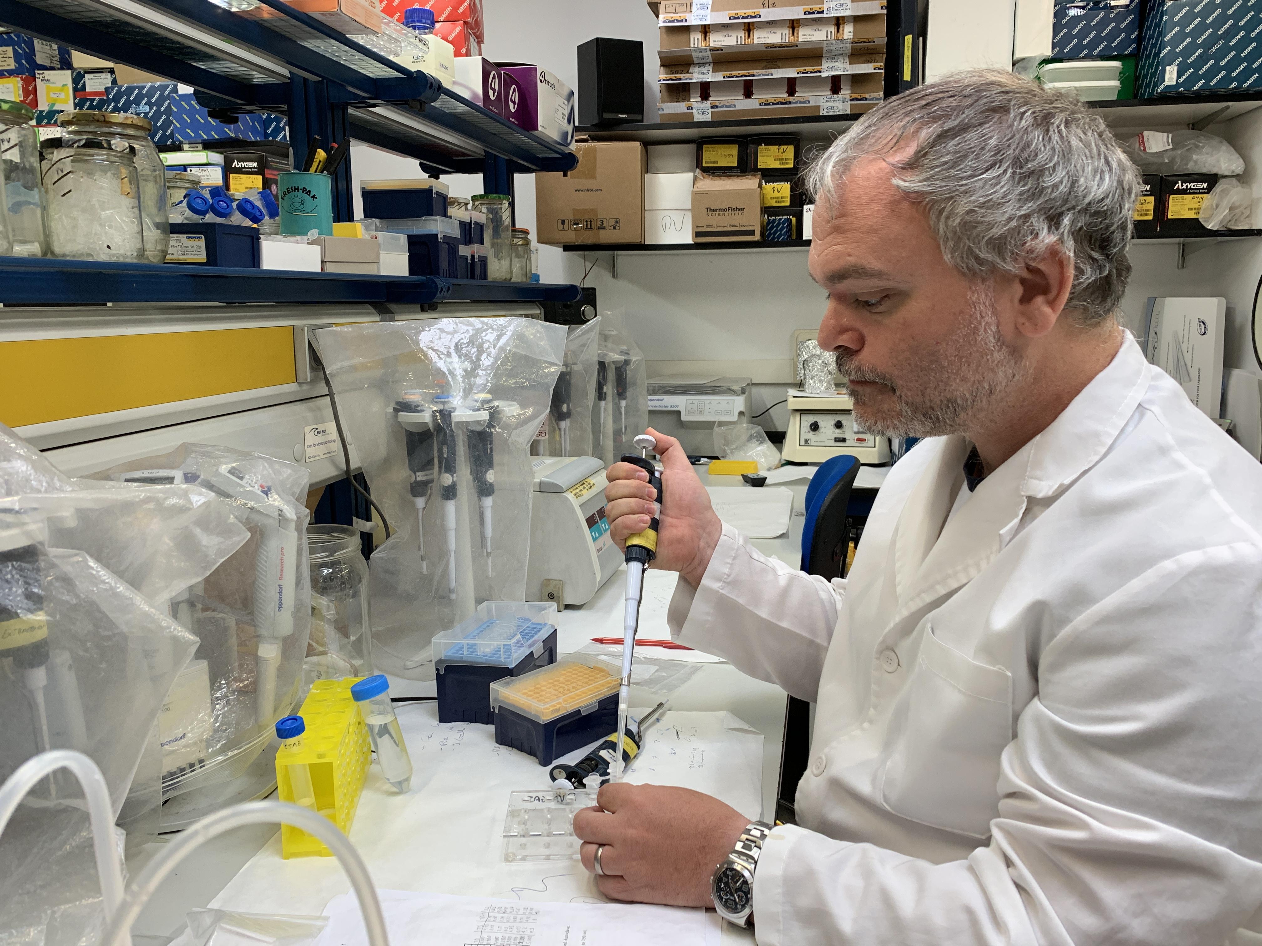 imagen de Enrique Lara, en su laboratorio./ RJB