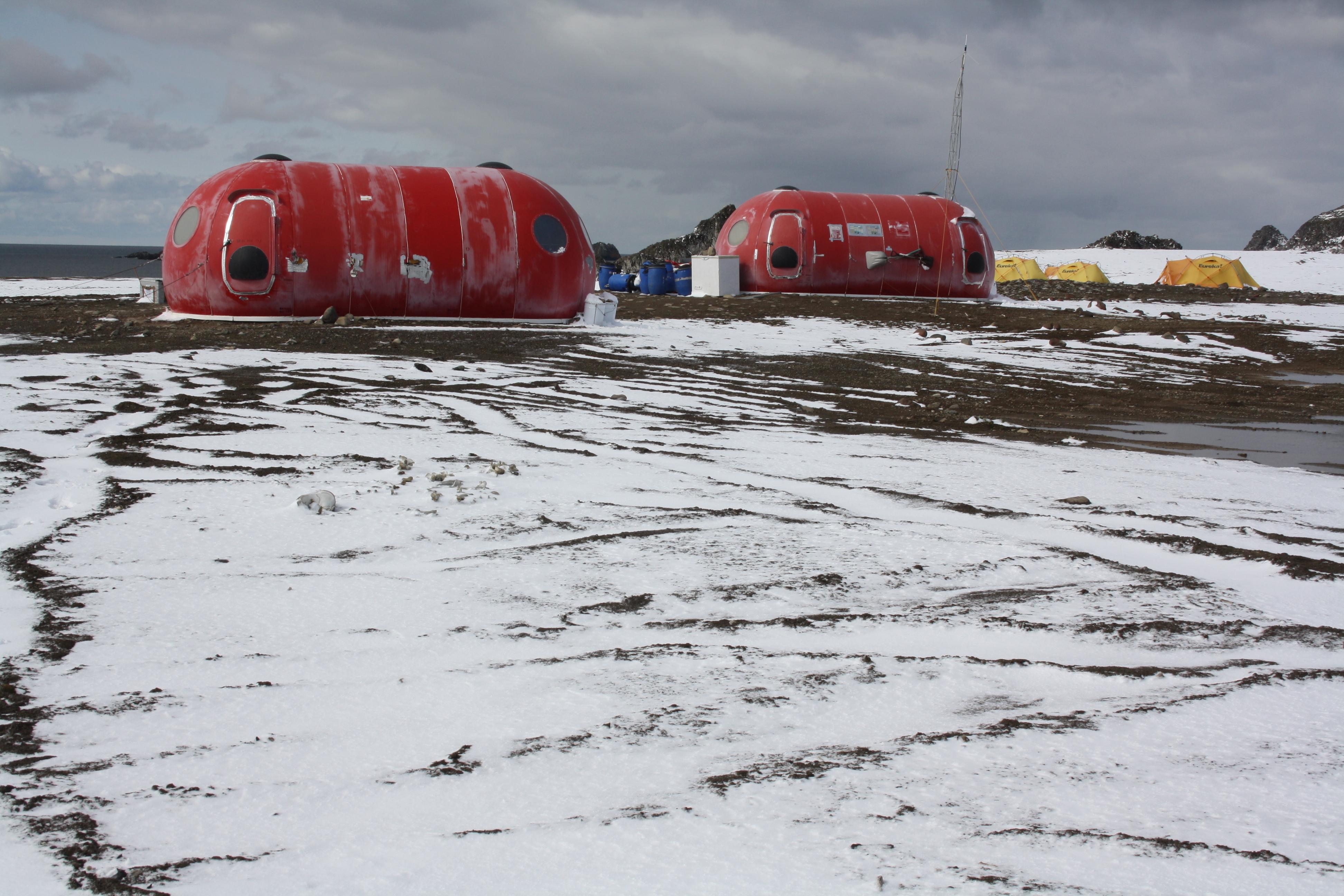 imagen de Los iglús del campamento Byers, en la península de Byers, en la Antártida. / UTM CSIC