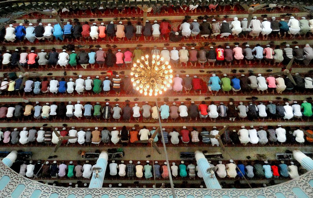 imagen de Personas de religión musulmana rezando en una mezquita en Bangladesh. Foto: Shaeekh Shuvro