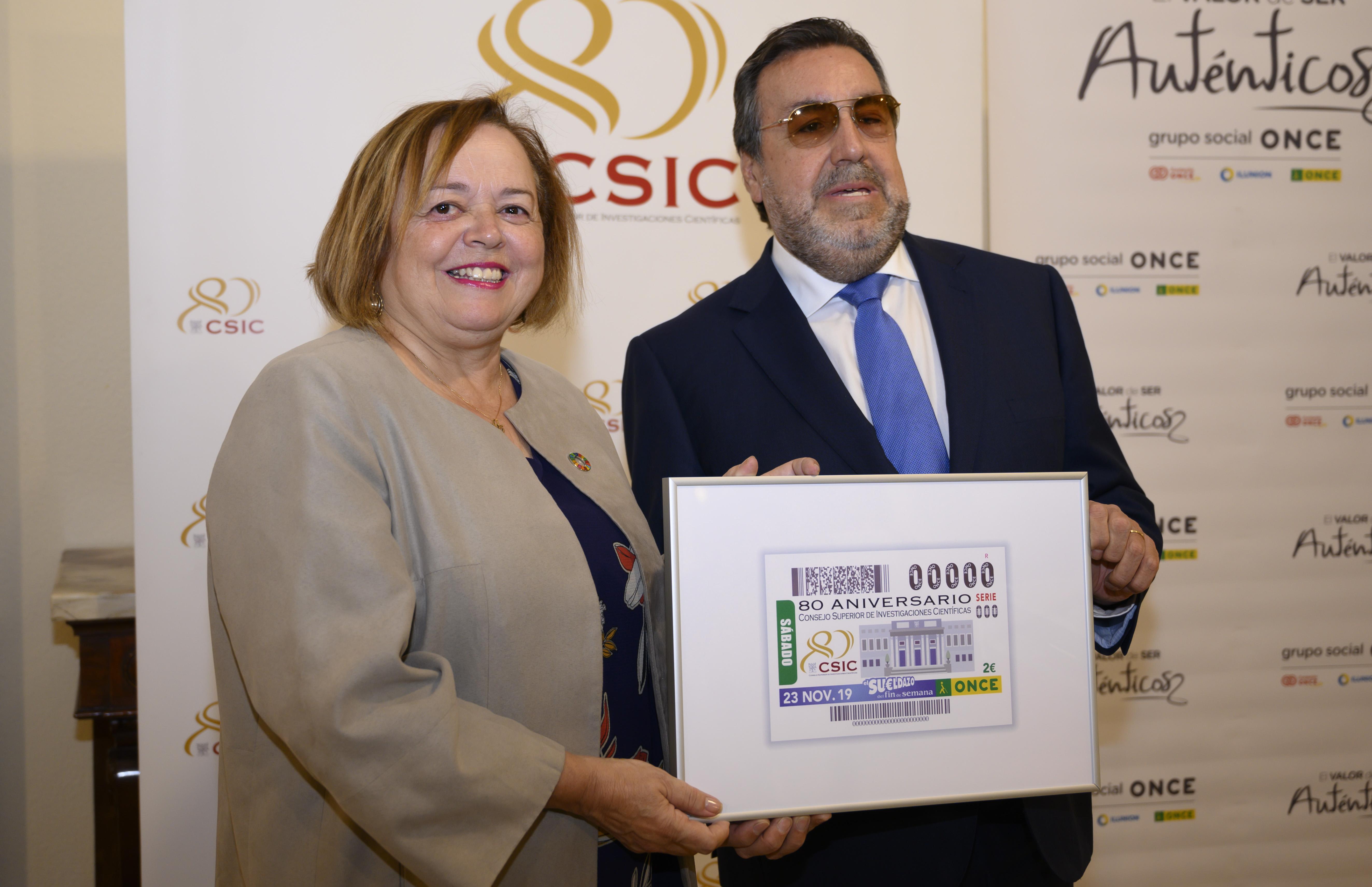 La presidenta del CSIC, Rosa Menéndez, y el presidente de la ONCE y su Fundación, Miguel Carballeda, han presentado este lunes, 11 de noviembre, el cupón en la sede central del CSIC en Madrid./ CÉSAR HERNÁNDEZ