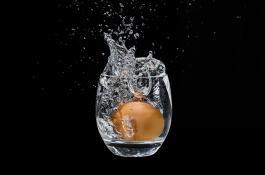 Huevo en vaso de agua
