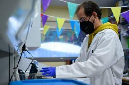 Un investigador, en su laboratorio del CBM-CSIC. / César Hernández/ CSIC Comunicación