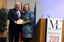 La presidenta del CSIC, Rosa Menéndez, ha recogido el Premio New Medical Economics 2019 otorgado al organismo de manos del consejero de Sanidad de la Junta de Andalucía, Jesús Aguirre.