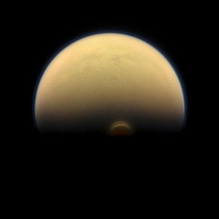 imagen de Imagen de Titán tomada por la misión Cassini (se observa un vórtice atmosférico al sur del satélite)./ NASA/JPL-Caltech/Space Science Institute.