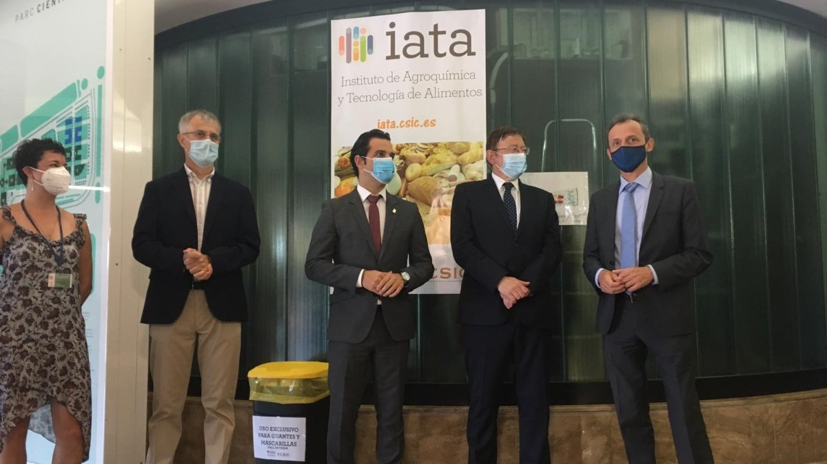 imagen de De izquierda a derecha, Amparo López, investigadora del IATA-CSIC; José F Marcos, director del IATA-CSIC; Juan A. Sagredo Marco, alcalde de Paterna; Ximo Puig, presidente de la Generalitat valenciana, y Pedro Duque, ministro de Ciencia e Innovación./ IATA-CSIC