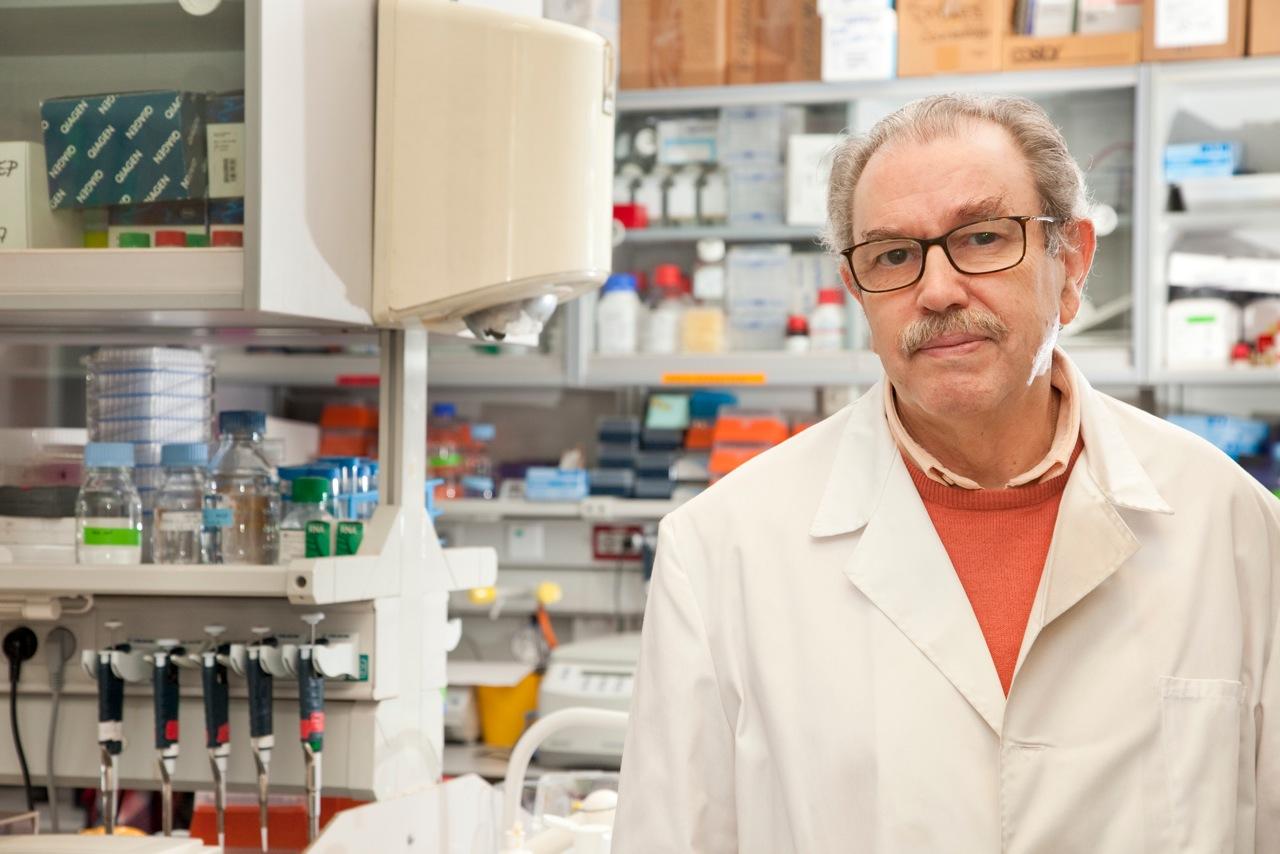 imagen de El investigador del CSIC Vicente Larraga, en su laboratorio del CIB-CSIC. / CSIC Comunicación