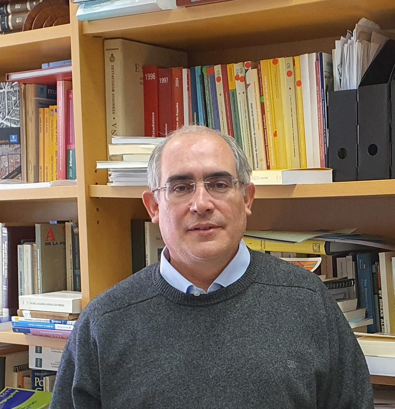 imagen de El demógrafo Diego Ramiro, en su despacho del IEGD-CSIC. / Víctor Pareja