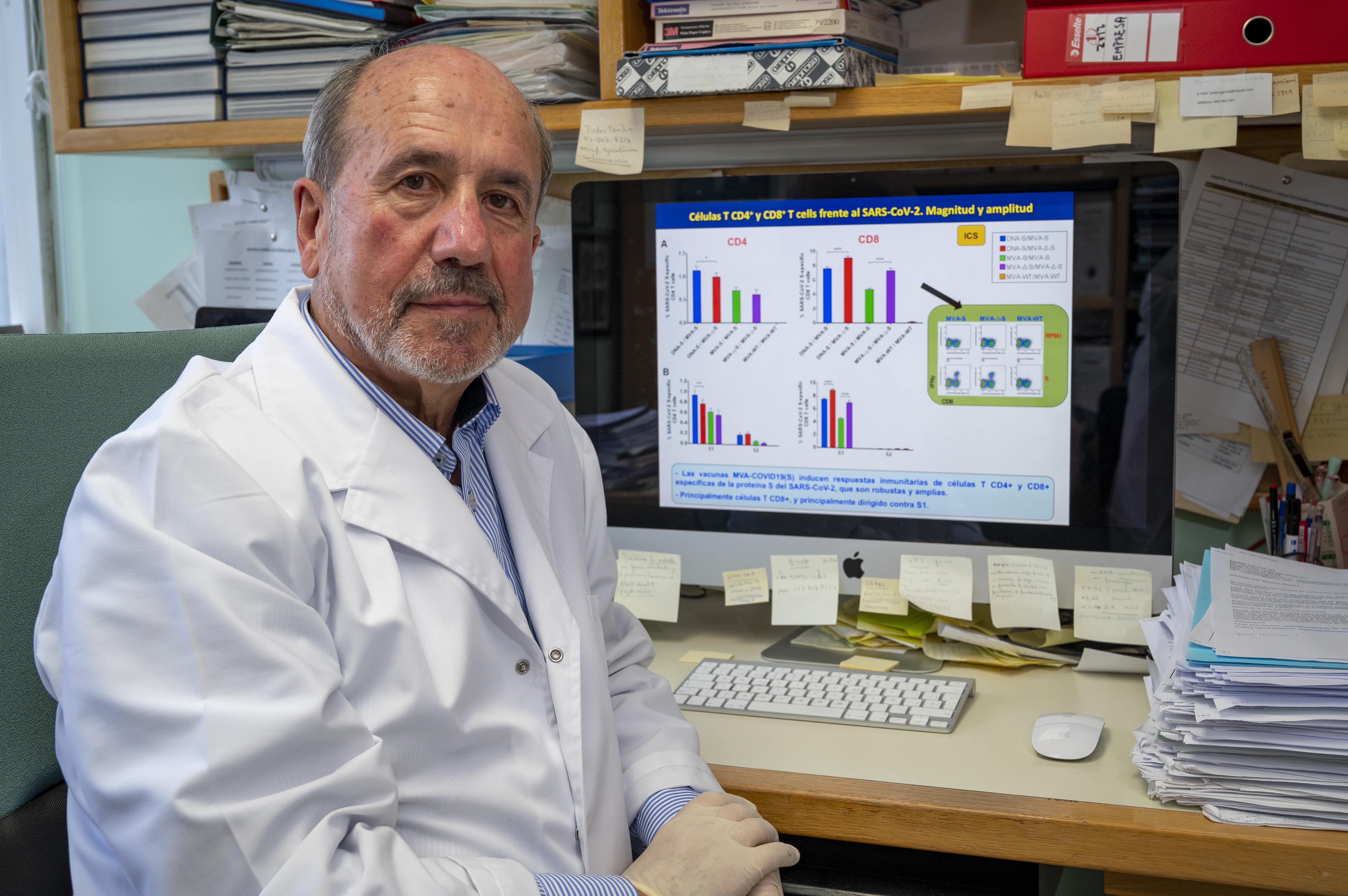 imagen de El virólogo Mariano Esteban, en su laboratorio del CNB-CSIC. / Vinca Page CSIC Comunicación