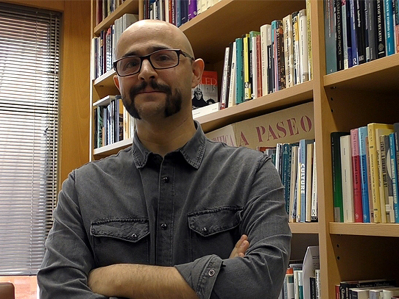 imagen de Alberto Corsín en su despacho del Instituto de Lenguas, Literatura y Antropología. / CCHS-CSIC