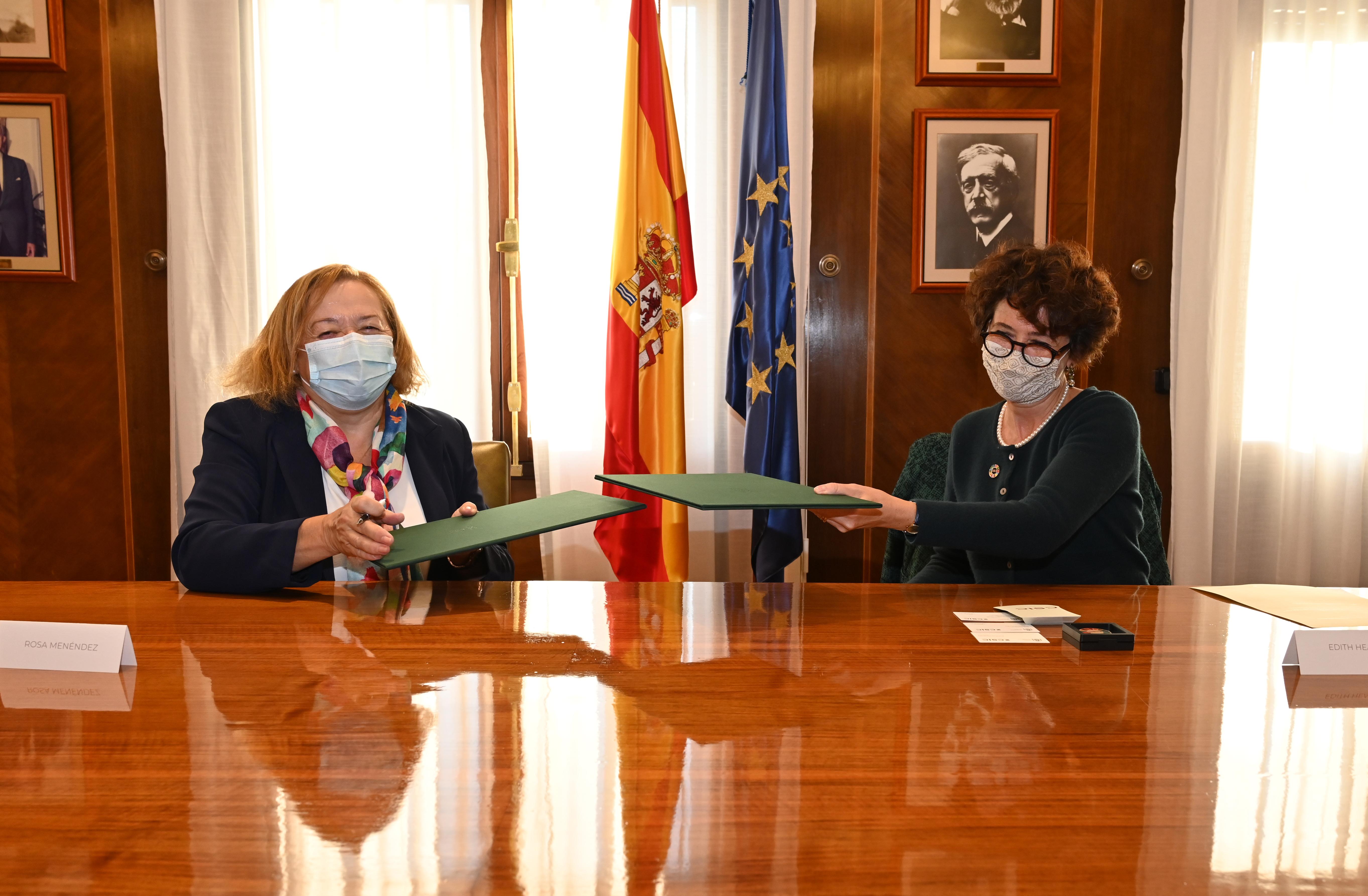 La presidenta del CSIC, Rosa Menéndez, y la directora general de EMBL, Edith Heard, durante la firma del acuerdo en la sede central del CSIC en Madrid. / César Hernández/ CSIC Comunicación