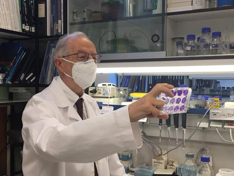 imagen de El virólogo Luis Enjuanes, en el Centro Nacional de Biotecnología del CSIC. / CNB-CSIC Comunicación