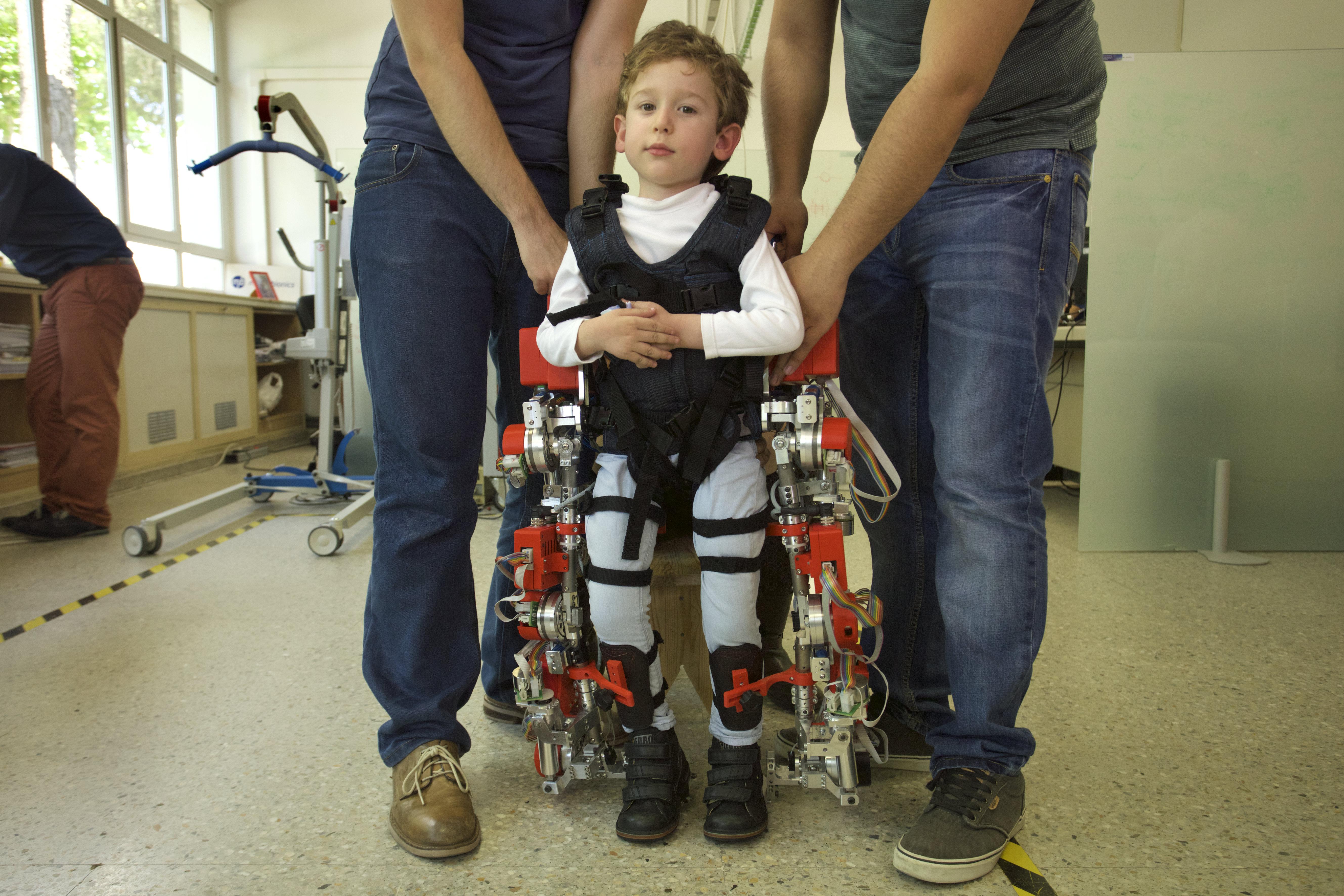 imagen de Álvaro, afectado por atrofia muscular espinal, desarrolla su movilidad con el exoesqueleto ATLAS 2030. / CSIC
