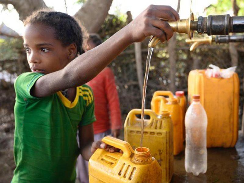 imagen de Una niña del pueblo de Dida, en Ziway (Etiopía), obtiene agua potabilizada por la tecnología del CSIC. / Foto: César Hernández