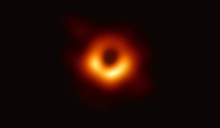 imagen de Imagen del agujero negro situado en el centro de la galaxia M87, rodeado por una emisión de gas caliente arremolinándose a su alrededor bajo la influencia de una fuerte gravedad bajo su horizonte de sucesos. / EHT