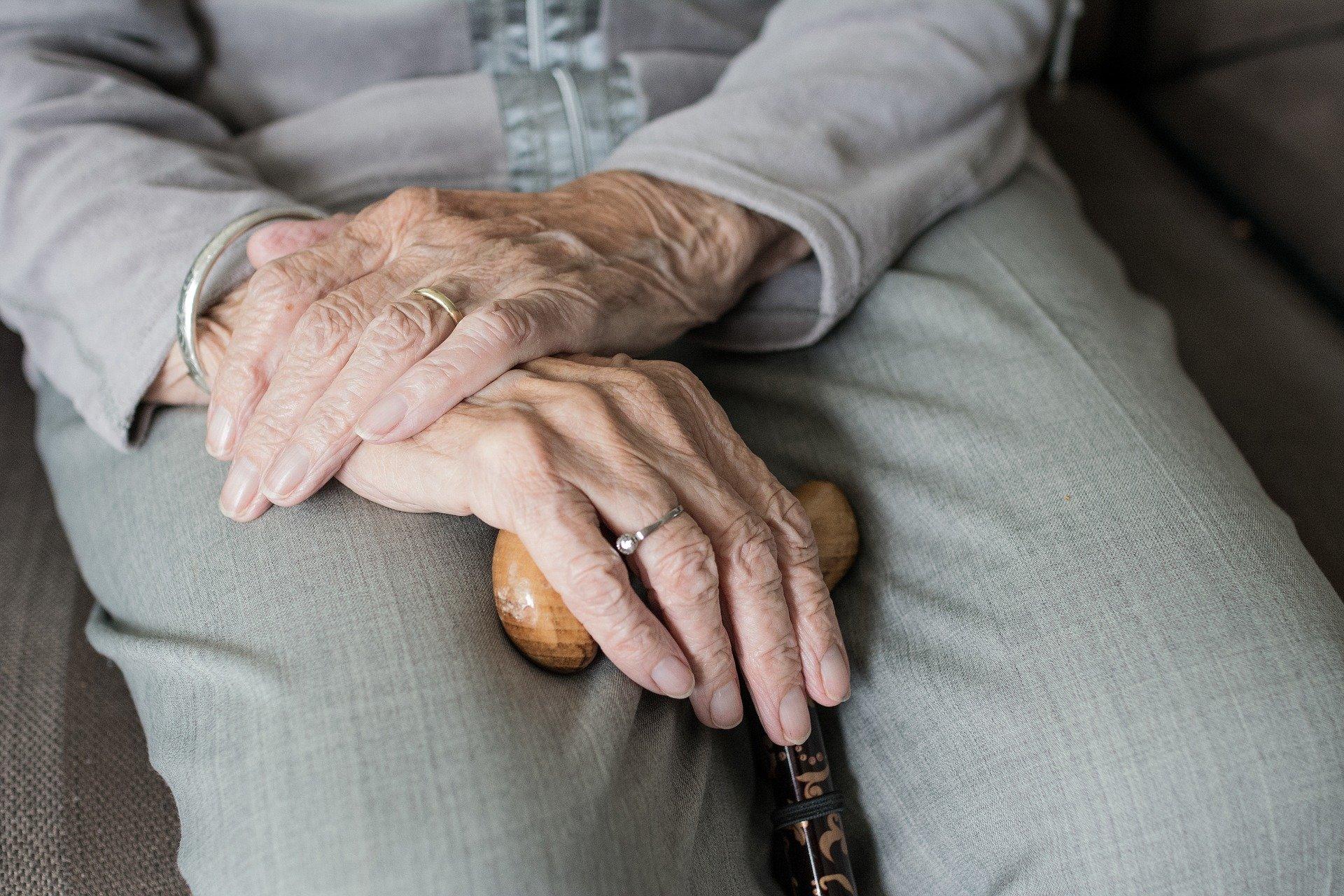 imagen de Este trastorno se manifiesta con un temblor postural, con o sin componente cinético / Pixabay