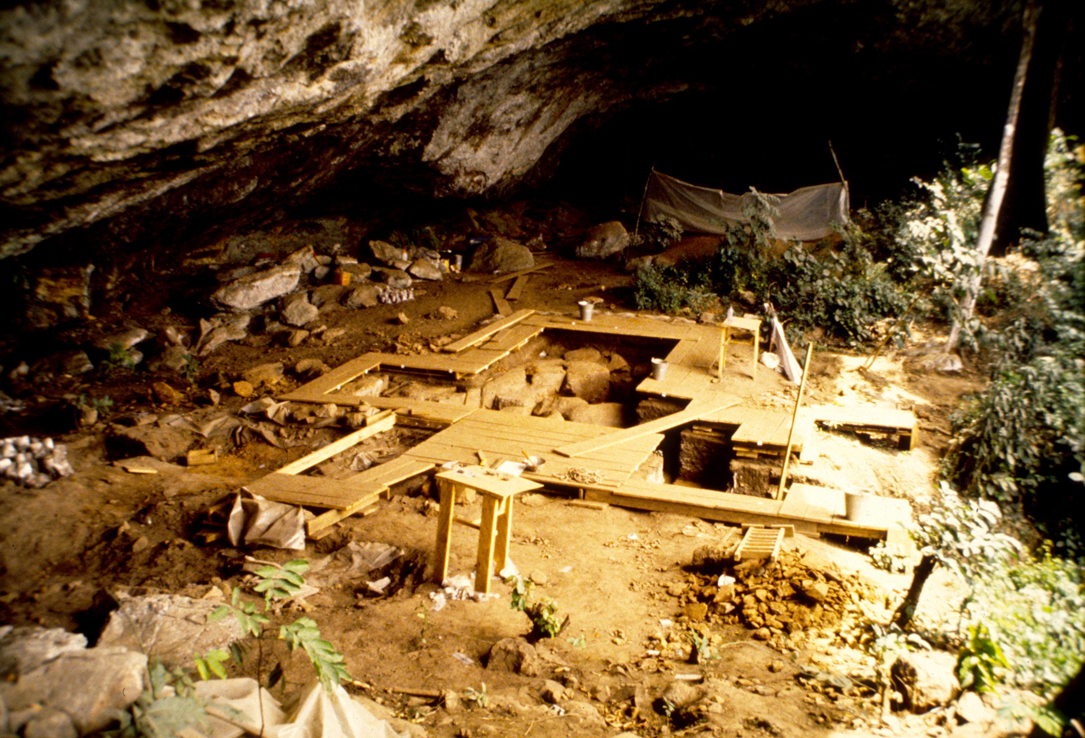 El yacimiento de Shum Laka, en Camerún, fue el hogar de una antigua población que guardaba poco parecido genético con la mayoría de los que viven en esta región en la actualidad./ PIERRE DE MARET