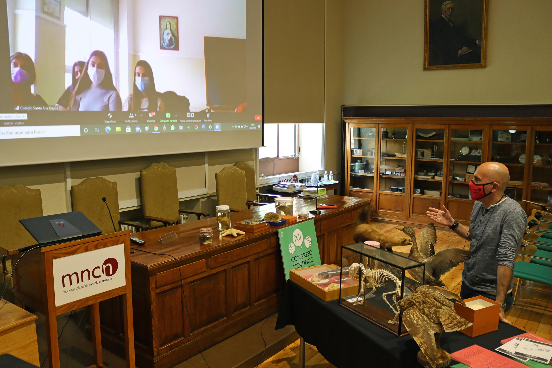 Luis Barrera, divulgador científico del Museo, impartiendo un taller online / MNCN