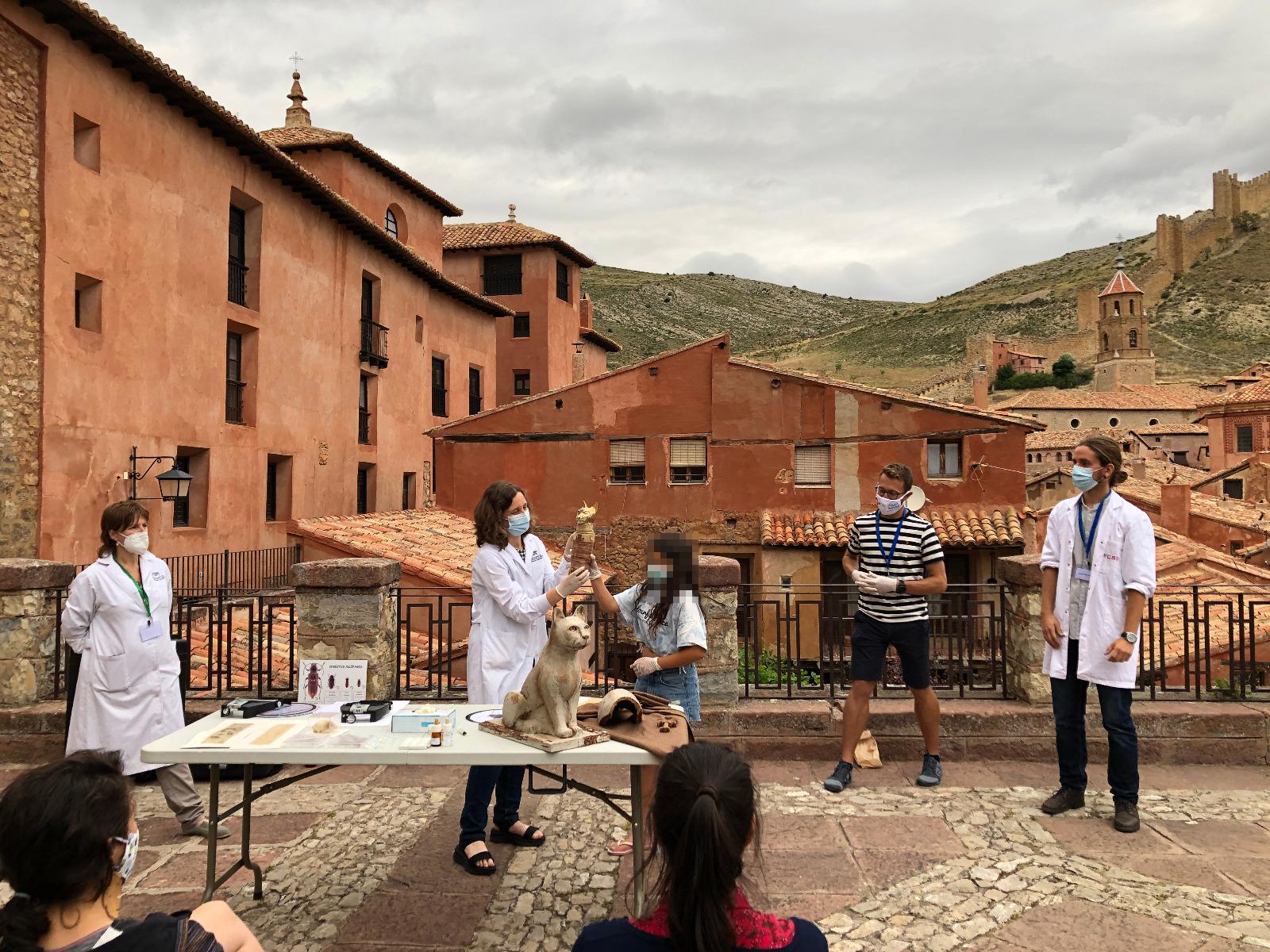 imagen de Investigadores del INMA y profesoras del ESCYRA en la actividad 'La viajera del Tiempo', en Albarracín (Teruel). / INMA (CSIC-Universidad de Zaragoza)