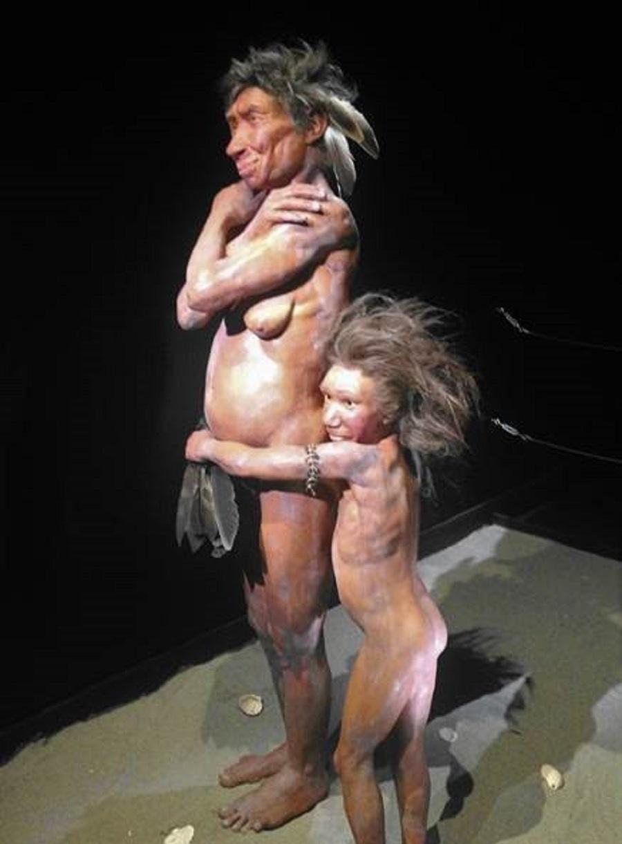 Neandertales con plumas de aves. / J. J. Negro