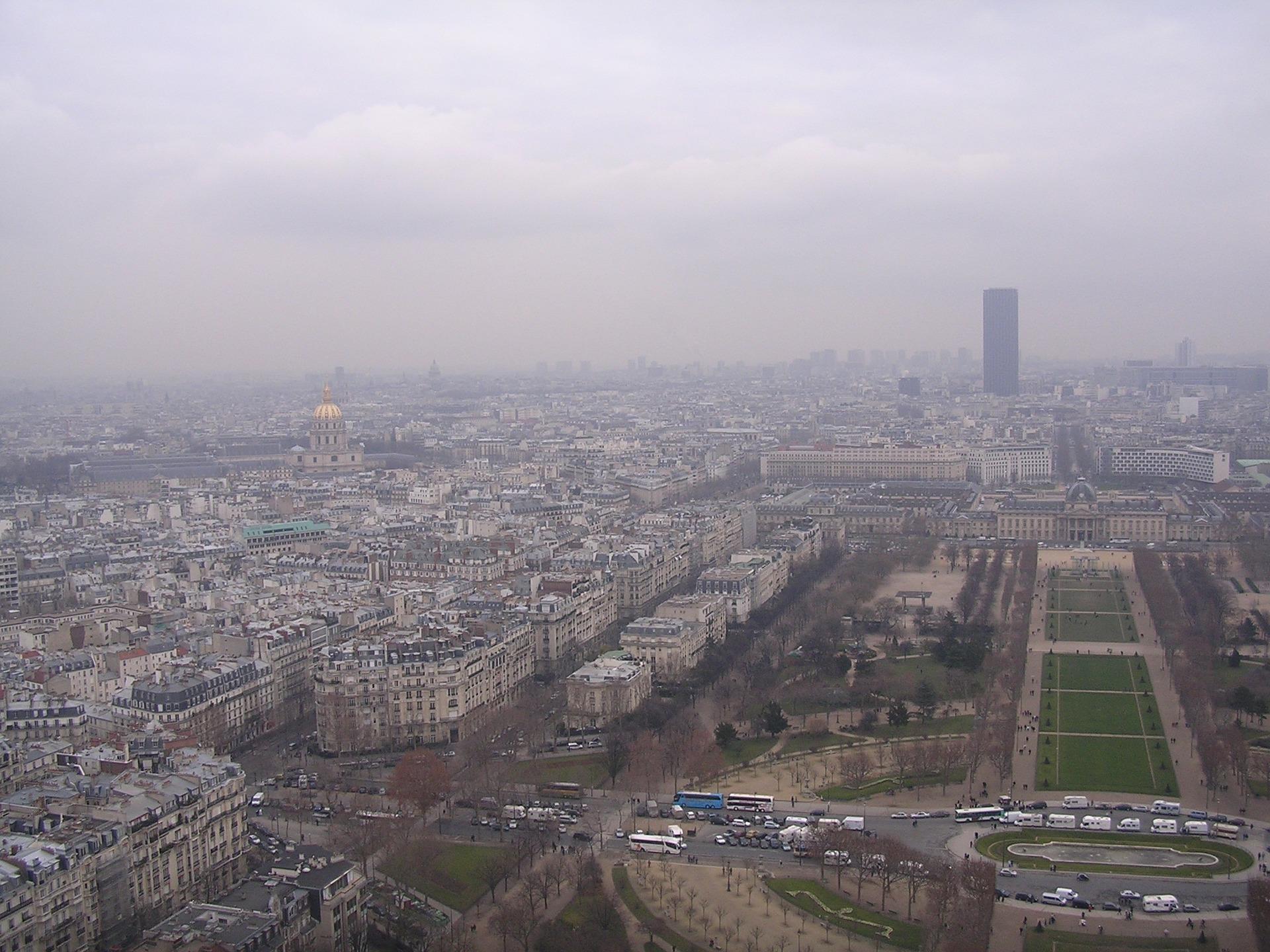 El ozono es un gas altamente reactivo que se encuentra comúnmente en entornos urbanos y suburbanos, formado cuando los contaminantes reaccionan a la luz solar./ PIXABAY