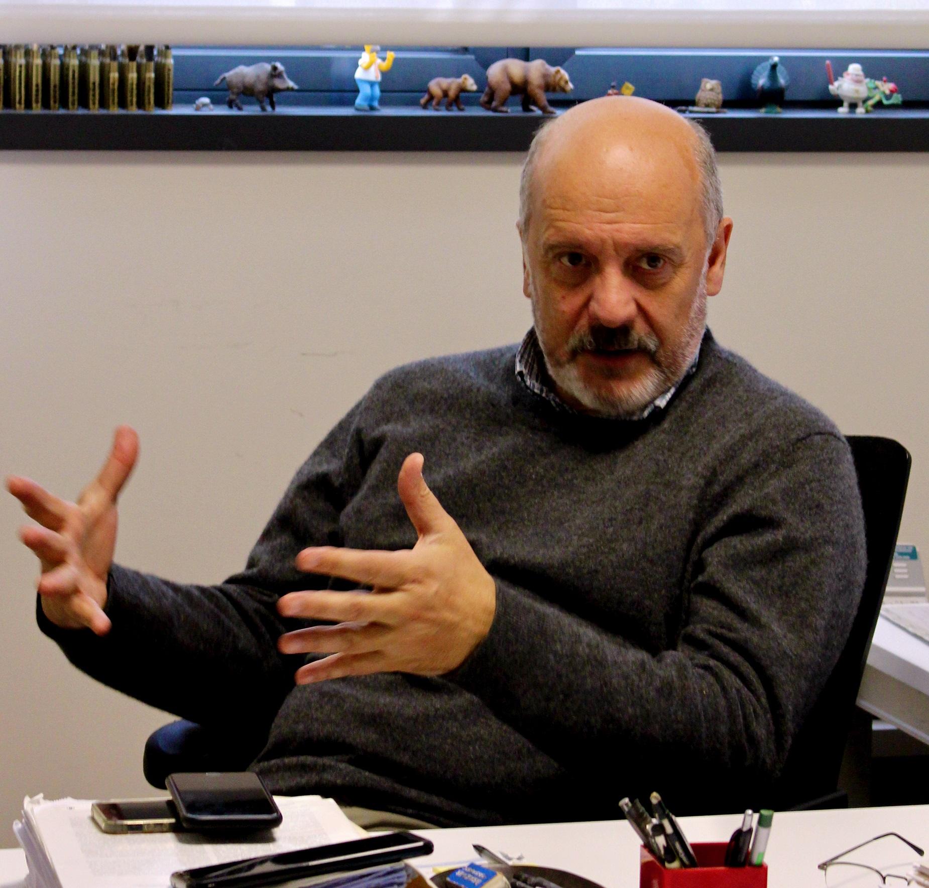 imagen de El biólogo, Piero Crespo, en su despacho del IBBTEC-CSIC. / Javier Menéndez