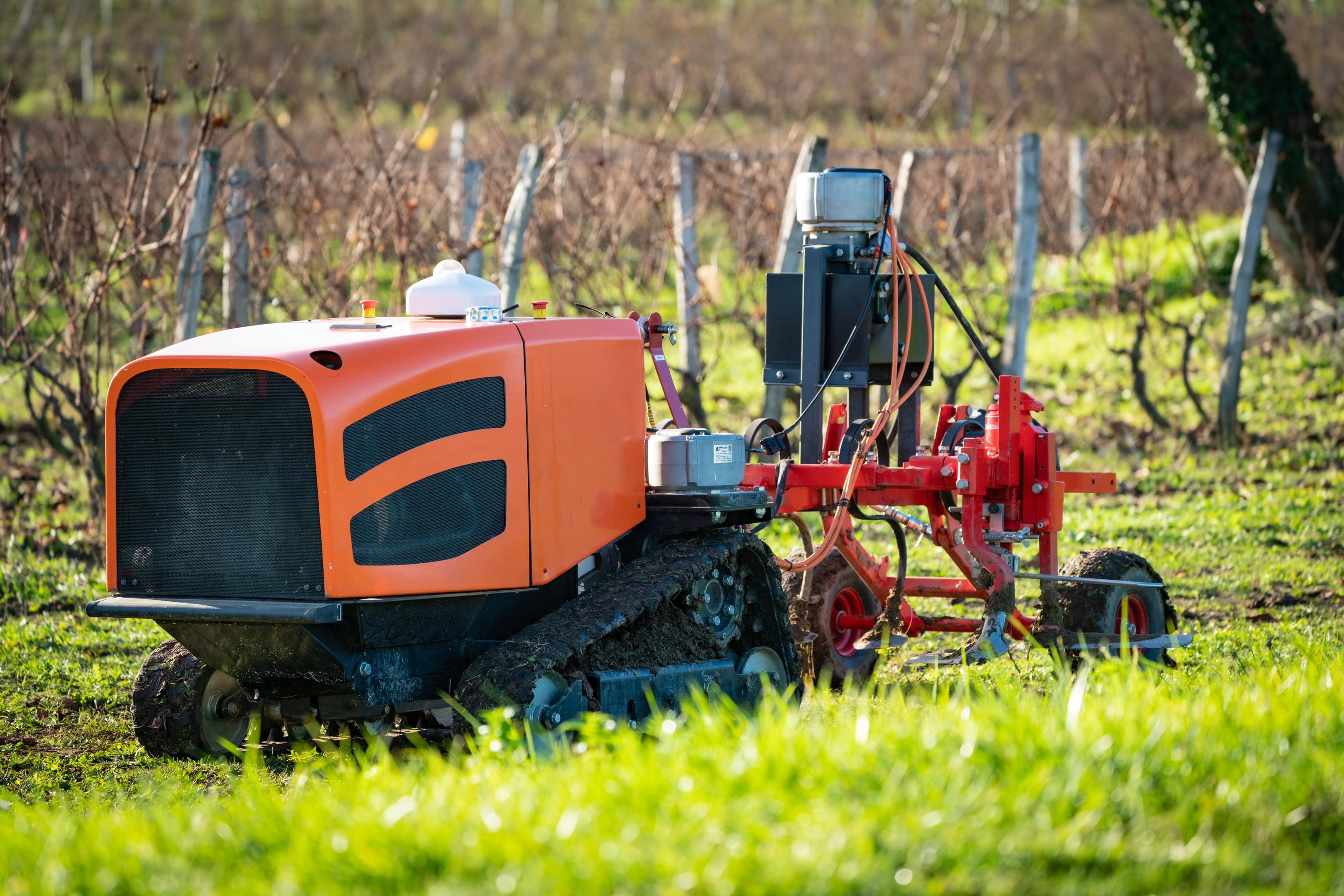 imagen de Vehículo con sistemas de discriminación de malas hierbas en cultivos. / Welaser