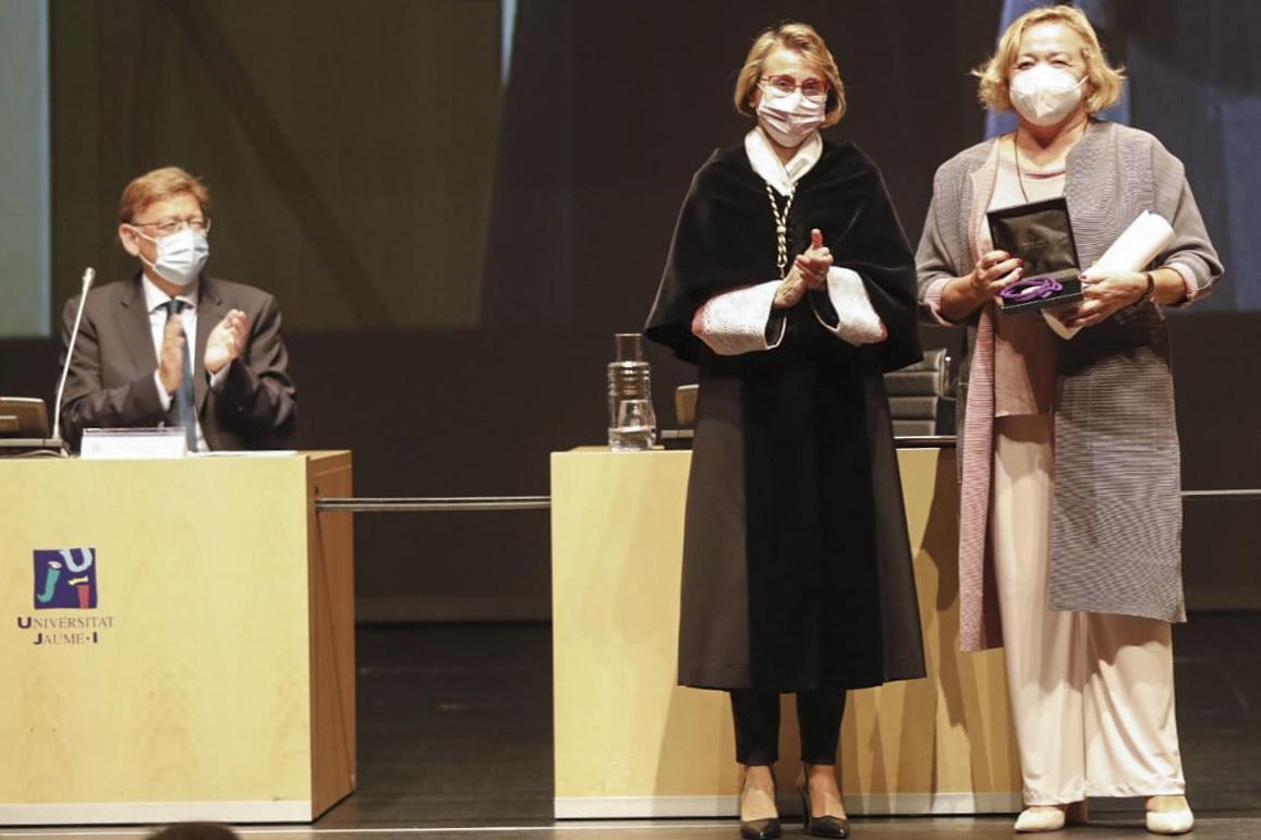 Momento de entrega de la Medalla de Oro de la Universitat Jaume I, por parte de la rectora, Eva Alcón, a la presidenta del CSIC, Rosa Menéndez./ Delegación del CSIC en Valencia