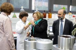 La presidenta del CSIC, Rosa Menéndez, durante su visita al Instituto de la Grasa./ UPO