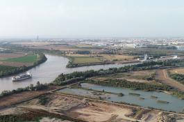 Fotografía aérea de los vaciaderos terrestres del puerto de Sevilla adaptados con islas para favorecer la cría de aves./ EBD-CSIC