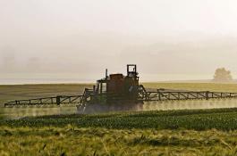 Tractor_aplicando_pesticidas