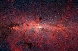 Imagen del centro de la galaxia obtenida con el telescopio espacial Spitzer, donde se pueden ver zonas de nubes moleculares, entre ellas, la nube en la que se ha descubierto la etanolamina. / JPL/ NASA