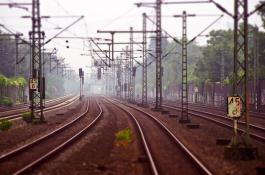 Los sensores distribuidos en fibra óptica se emplean en la monitorización de vías de tren para identificar imprevistos. /PIXABAY