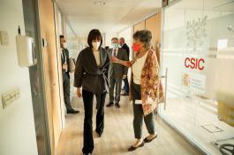 La ministra de Ciencia e Innovación, Diana Morant, recorre junto a Elena Domínguez, delegada del CSIC ante la UE, la sede de la Delegación del CSIC en la capital belga. / CSIC Bruselas