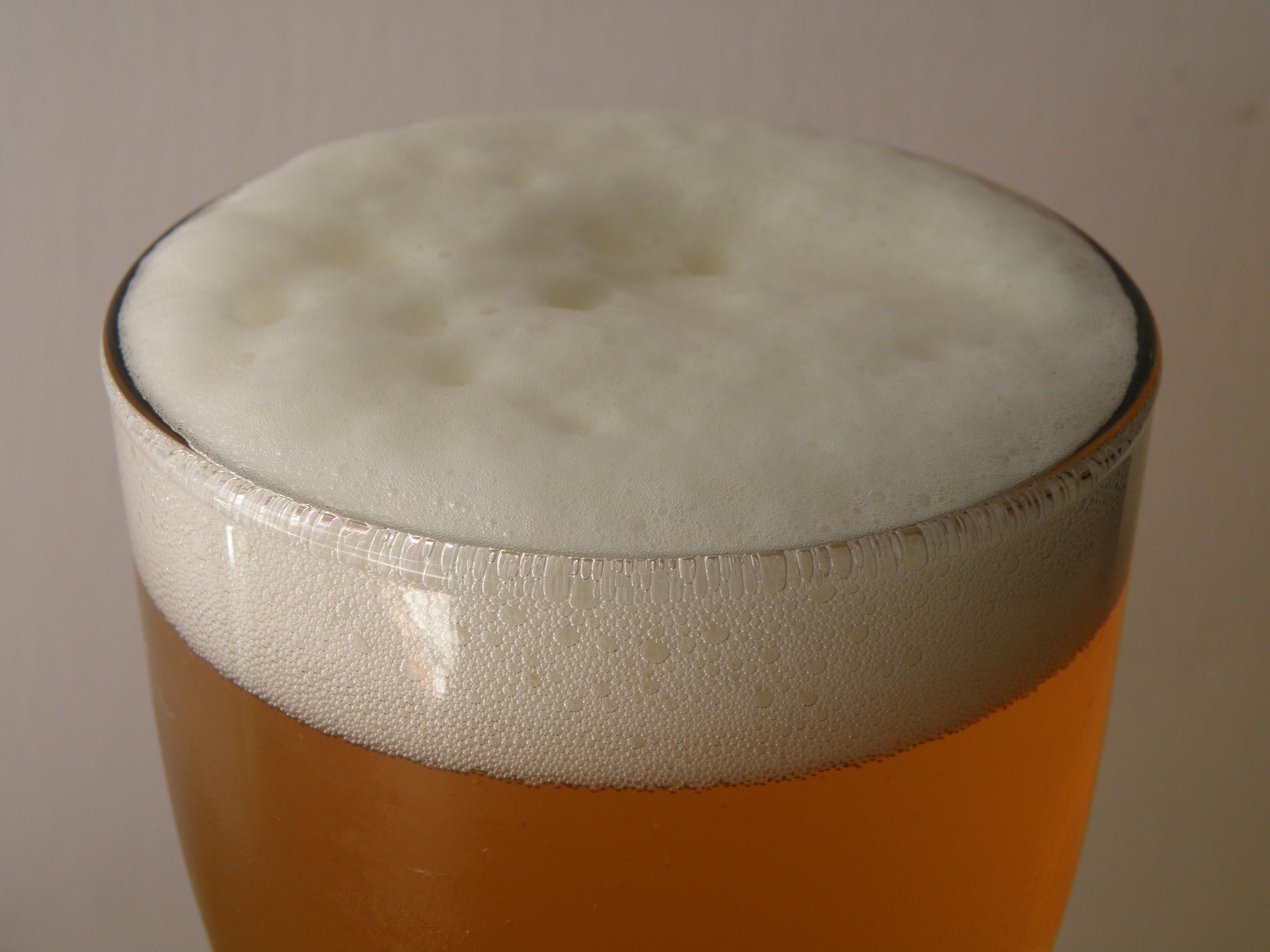 La espuma de la cerveza es un coloide en el que partículas de gas, las burbujas, se encuentran dispersas en un medio líquido.